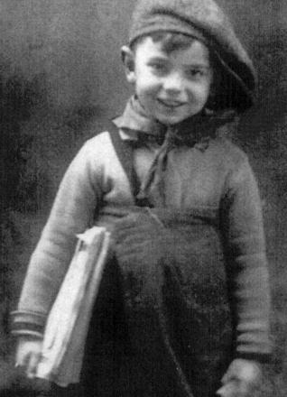 Angel González con cuatro años