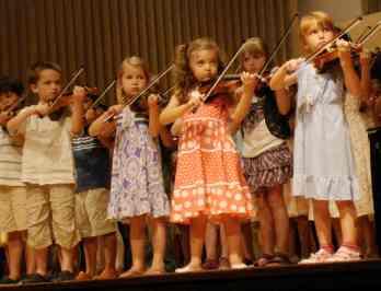 Niños tocando el violin