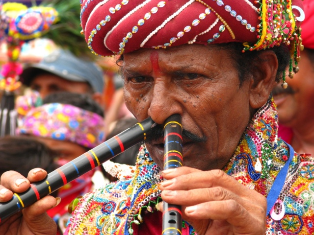 India - Tocando flautas con la nariz