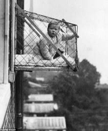 Bebé en la ventana (2)