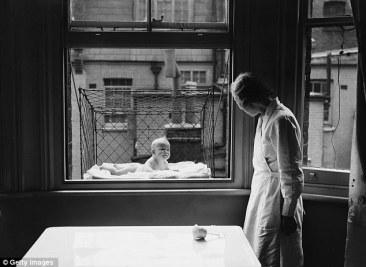 Bebé en la ventana