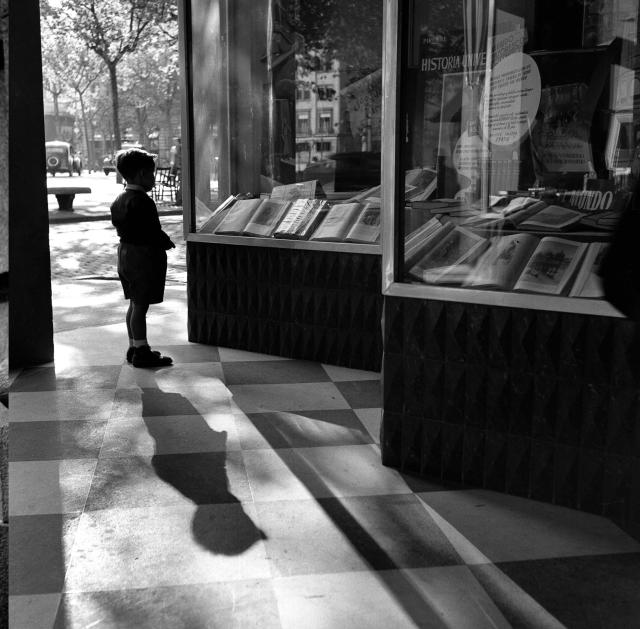 Escaparate con niño (Barcelona) (Josep Català-Roca)