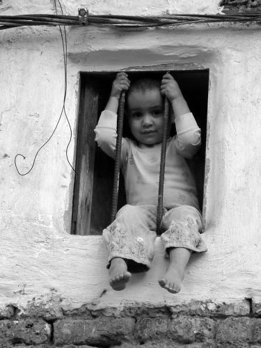 Niño en la ventana b-n