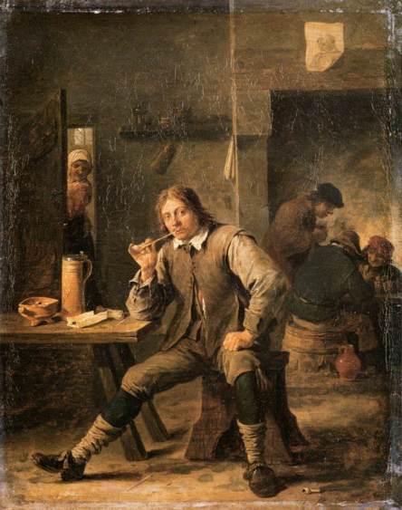 Fumador apoyando su codo en una mesa