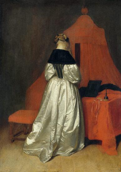 Una dama con vestido de saten blanco ante una cama con cortinas rojas