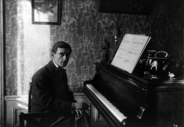 Maurice_Ravel_au_piano_1912